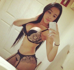 Selfie from a brunette with an amazing body