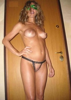 Hot mommy has a wonderful naked body
