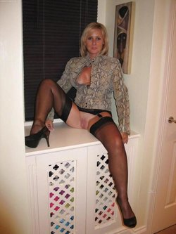 Amateur naughty wife has a beautiful pink pussy