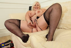 curvy British housewife plugs hairy pussy