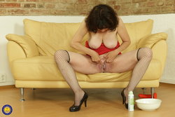 Horny mature lady shaving her hairy pussy
