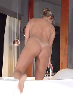 Amateur mdel Rxy spread her legs and pink twat befre finger fucking