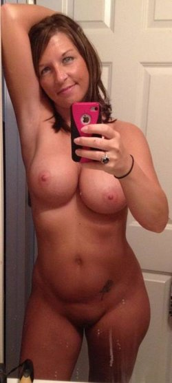 Amateur MILF loves taking selfie of attractive nude natural body