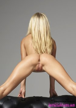 Sexy blonde with an absolutely perfect ass and lovely pussy