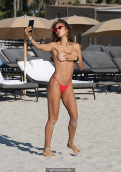 Patricia Contreras topless make selfies on a beach